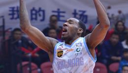 新疆主场复仇上海 亚当斯37+7+10弗雷戴特50分