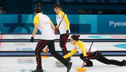 女子冰壶世锦赛中国结束三连败 中国女子冰壶8-7逆转俄罗斯