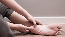 跑者预防足底筋膜炎 拉伸双脚跑鞋要合脚