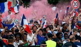 法国夺桂冠巴黎球迷疯狂庆祝