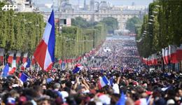 数十万法国球迷涌上巴黎街头迎接法国队归国