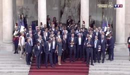法国队归国爱舍丽宫门口合唱国歌 博格巴点燃麦霸属性