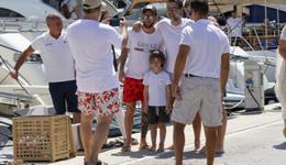 梅西带家人度假被球迷围追堵截