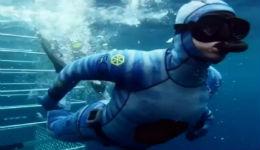 UFC传奇女摔角手海洋畅泳投喂鲨鱼