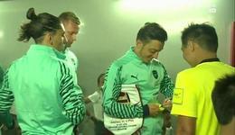 赛前得黄牌 厄齐尔向主裁判求签名
