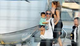 C罗尤文首发倒计时 手抱小儿子现身机场