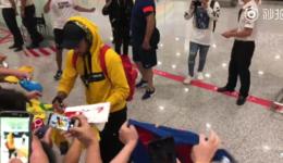 内马尔为中国球迷签名首选巴萨11号球衣