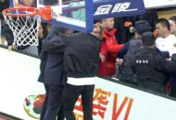 江苏主教练打球迷遭驱逐,背后原因辽篮球迷不背锅