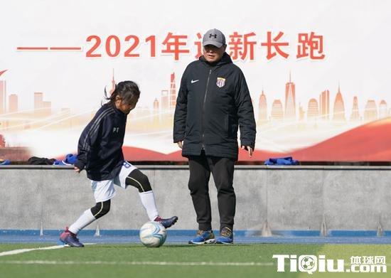 张翔指导学生训练。新华社记者丁汀摄