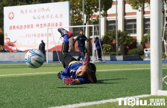 普陀女足的小球员正在训练。新华社记者丁汀摄