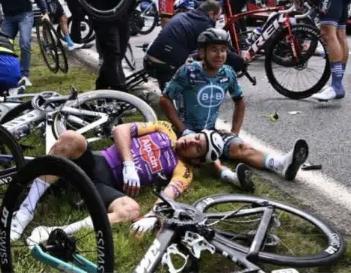 环法自行车赛上选手大面积撞车