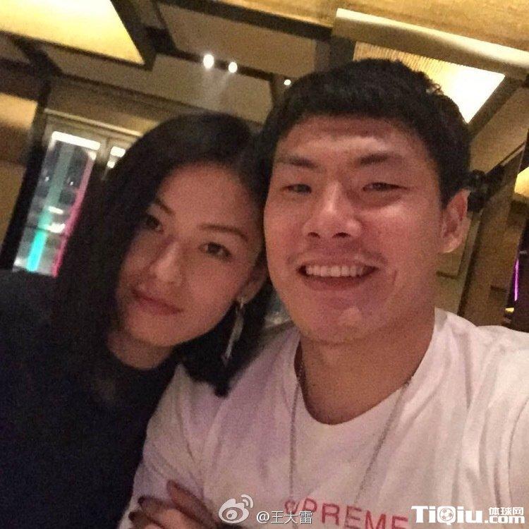 王大雷微博晒照秀恩爱 纪念结婚五周年
