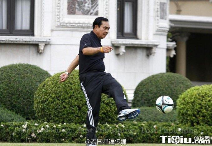 泰总理巴育踢球摔跟头 挥挥手不要人扶