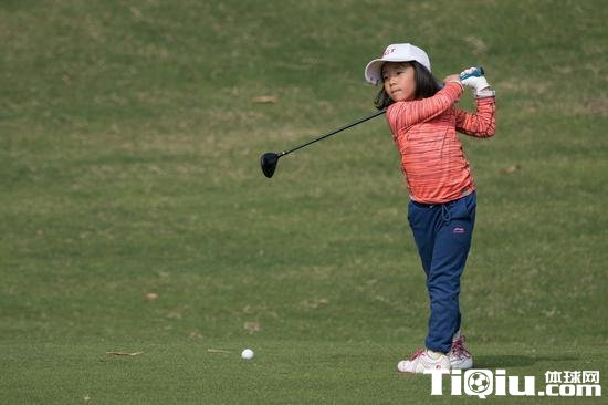 刘国梁女儿夺高尔夫冠军 月半刘国梁球童没白当