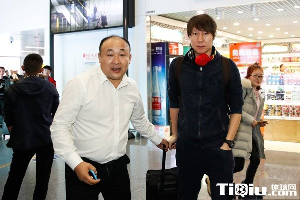 中国杯足球赛将至 李铁和众将陆续抵达南宁
