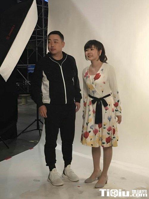 福原爱现身某综艺的录制 身穿碎花长裙甜美亮相