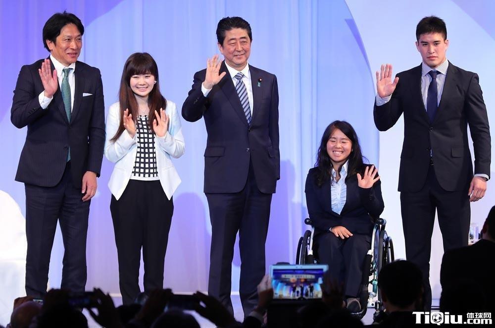日本自民党大会 福原爱与日本首相同台