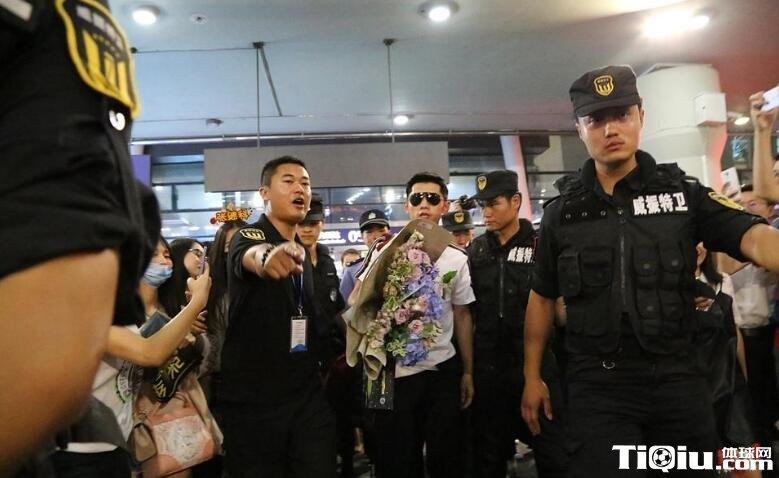 张继科抵达四川参加成都公开赛 粉丝迎接张继科来成都